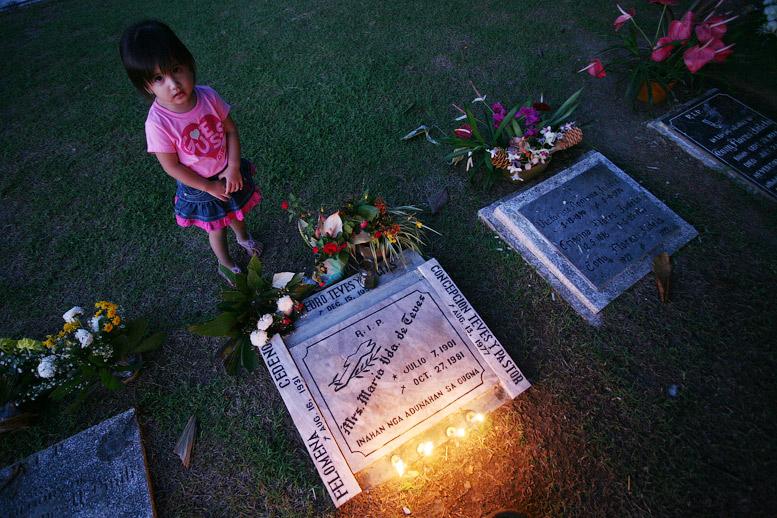 Когда подошли к могилке, то крест лежал где-то в сторонке и поломан.