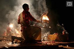 Ganga Maha Aarti, ежевечерняя пуджа в Варанаси