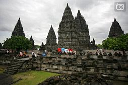 Храмовый комплекс Прамбанан в ненастный день
