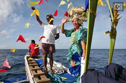 Парад лодок у берегов Апо
