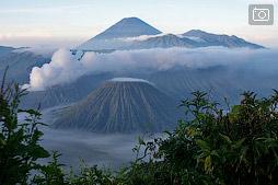 Чеморо Лаванг и вулкан Бромо на рассвете