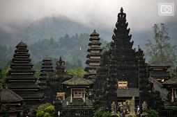Храмы Пура Бесаки и Пура Пасар Агунг